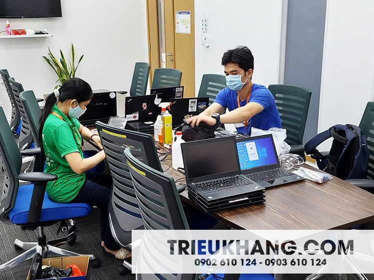 KTV nữ Triệu Khang đang bảo trì Laptop tại Trường Quốc tế Thành phố Hồ Chí Minh ( ISHCMC )
